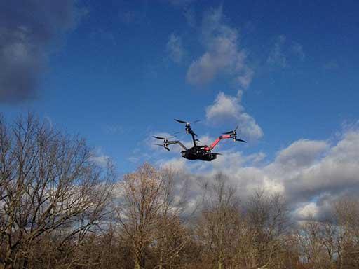 اکتا روتور سنگین وزن در حال پرواز با کیسه شن معادل 7 کیلوگرم